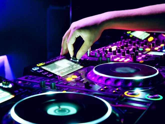 dj-mixes-the-track-48580301